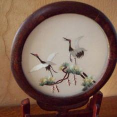 Obiect decorativ, executat manual din lemn de bambus si broderie pe matase