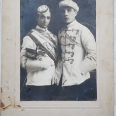 Foto pe carton gros , Uniforme din Cernauti , inceput de secol 20
