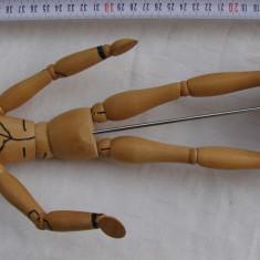 Manechin din lemn cu articulatii flexibile folosit in arta desenului (2)