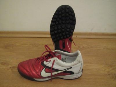 adidasi / papuci de fotbal NIKE din piele naturala marimea 41,5 / 42 / 42,5 cu mici crampoane pentru teren sintetic foto