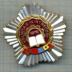 764 INSIGNA  - FRUNTAS IN INTRECERE 1976 (fruntas in intrecerea socialista, drapelul rosu al PCR si cel tricolor) -starea care se vede