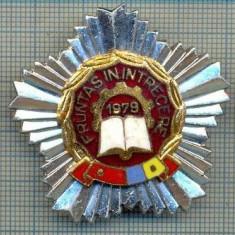 765 INSIGNA  - FRUNTAS IN INTRECERE 1979 (fruntas in intrecerea socialista, drapelul rosu al PCR si cel tricolor) -starea care se vede