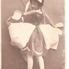 FOTO 12 FOTOGRAFIE FETITA IN TINUTA GHIOCEL, IMBRACAMINTE DE EPOCA, FOTO-LUX ZALEVSKY BRAILA, DIMENSIUNI PRODUS : 8X13 cm, COPIL, COPII, SERBARE, Sarbatori, Romania 1900 - 1950