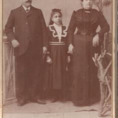 FOTO 05 FOTOGRAFIE DE FAMILIE, IMBRACAMINTE DE EPOCA; POZA ASAMBLATA PROFESIONAL PE SUPORT GROS DE CARTON, DIMENSIUNI PRODUS : 10, 5X16 cm, Portrete, Romania 1900 - 1950