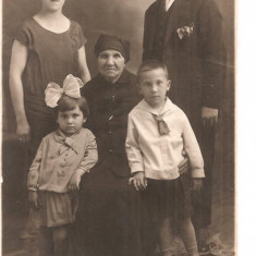 FOTO 19 FOTOGRAFIE ARTISTICA DE FAMILIE, IMBRACAMINTE DE EPOCA, PRODUS DE COLECTIE DIMENSIUNI : 8X13 cm, 1928, FEMEIE, BARBAT, COPII, BATRANA., Sarbatori, Romania 1900 - 1950