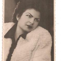 FOTO 47 FOTOGRAFIE ARTISTICA PORTRET DE FEMEIE, IMBRACAMINTE DE EPOCA, FOTO PLOIESTI, PRODUS DE COLECTIE DIM. : 5, 5X8, 5 cm, TANARA FEMEIE, 1947, Portrete, Romania 1900 - 1950