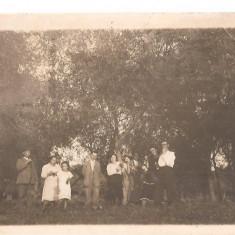 FOTO 37 FOTOGRAFIE DE GRUP, IMBRACAMINTE DE EPOCA, PRODUS DE COLECTIE DIM. : 8X13 cm, PETRECERE IN NATURA, FEMEI, BARBATI COPII, TINUTE DE SARBATOARE, Sarbatori, Romania 1900 - 1950