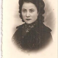 FOTO 45 FOTOGRAFIE ARTISTICA PORTRET DE FEMEIE, IMBRACAMINTE DE EPOCA, FOTO DOBRESCU C. LUNG MUSCEL, PRODUS DE COLECTIE DIM. : 5, 5X8, 5 cm., Portrete, Romania 1900 - 1950