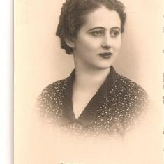 FOTO 48 FOTOGRAFIE ARTISTICA PORTRET DE FEMEIE, IMBRACAMINTE DE EPOCA, FOTO ZAVELSKY BRAILA PRODUS DE COLECTIE DIM. : 5, 5X8, 5 cm, TANARA FEMEIE, 1938, Portrete, Romania 1900 - 1950