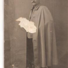 FOTO 36 FOTOGRAFIE ARTISTICA BARBAT IN UNIFORMA MILITARA, IMBRACAMINTE DE EPOCA, FOTOGLOB BRAILA, PRODUS DE COLECTIE DIM. : 8X13 cm. PELERINA, Romania 1900 - 1950