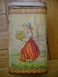 Cutie de colectie mare rectangulara metal Romania model decorativ motiv rural fetita de la sat cu flori