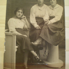 Fotografie tip carte postala - Marioara Enescu cu 2 prietene - 1918 -   Foto Splendid N. Buzdugan - Bucuresti - scrisa necirculata