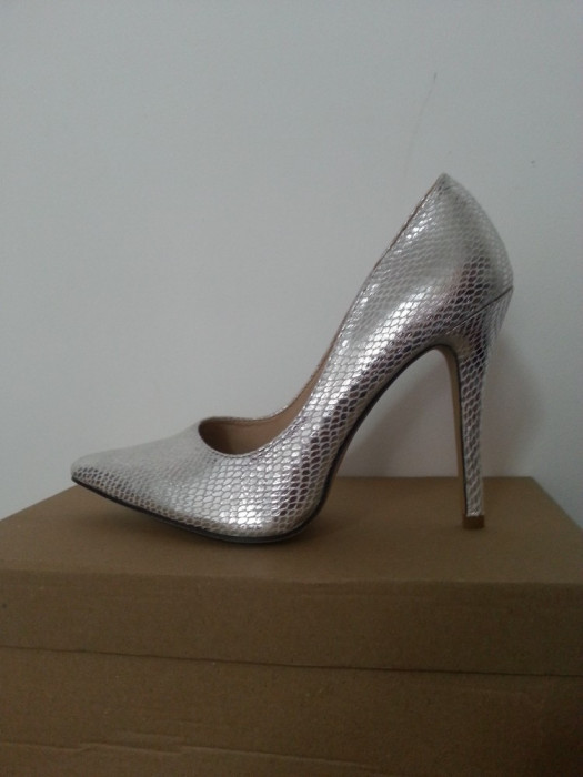 pantofi stiletto negrii si argintii foto mare