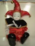 Papusa arlechin portelan cu ornamente textil si clopotei, 34 cm, rosu