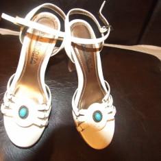 Vand sandale firma Quelle, aproape noi, comode cu toc, din piele cu un design placut, o pietricica bleu, curele si un sistem de inchidere rezistent - Sandale dama, Culoare: Alb, Marime: 36, Alb