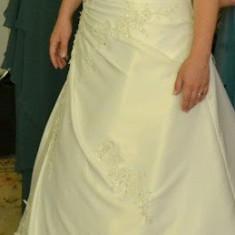 Rochie de Mireasa, colectia 2012, Sadrini Style, marimea 36- 38, culoare Ivory, din tafta naturala cu flori din dantela si pietricele aplicate