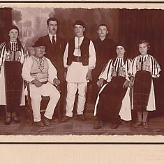 Sibiu Poiana Sibiului, fotografie mare, veche, familie de 3 generatii in costume populare, perioada interbelica (2)