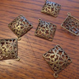 Pandantiv /cercei /martisor din bronz forma romb bombat filigranat in flori