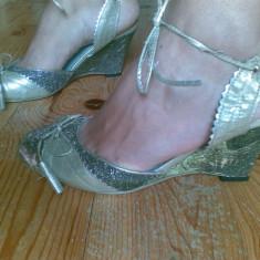 Sandale cu platforma JULIET marimea 39, se potrivesc si marimii 38, sunt noi!