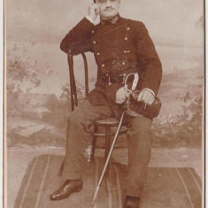 Poza militara veche, ofiter pe scaun. fotograf Siegmun Packer, Iasi.pe carton gros 10, 5x16, 5 cm, stare impecabila - Fotografie veche