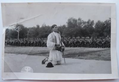 Petrache Lupu se roaga la Chisinau pentru slava eroilor cazuti pe front , 1941 foto