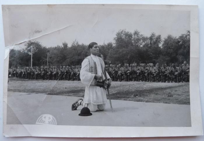 Petrache Lupu se roaga la Chisinau pentru slava eroilor cazuti pe front , 1941 foto mare