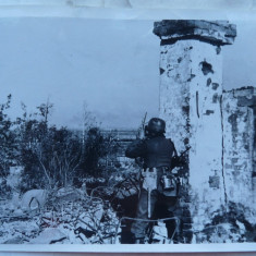 Observator german SS urmareste efectul bombelor asupra Leningradului, 1942