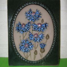 TABLOU BASORELIEF CERAMICA  emailata  JIE Gantofta Suedia ,tema florala , formata si pictata manual , semnat  de designer , nr. de serie