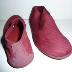 Pantofi sport Nike pentru antrenamente in sala fara sireturi - Tenisi dama Nike, Culoare: Grena, Marime: 38.5