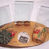 Vintage-BIBELOU decorativ ARTIZANAL, din lemn lacuit, pirografie si picturi, cu butoias, ciupercuta, cu suport pentru 3 foto + foto Sovata, anii 1970
