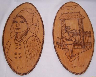 Vintage- ROMANI - set 2 APLICE decorative ARTIZANALE, noi, lemn pirogravat, ANII 1970 foto