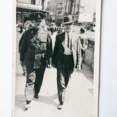 FOTOGRAFIE ROMANIA MILITAR IN UNIFORMA MERGAND PE STRADA INTERBELICA ** - Fotografie veche