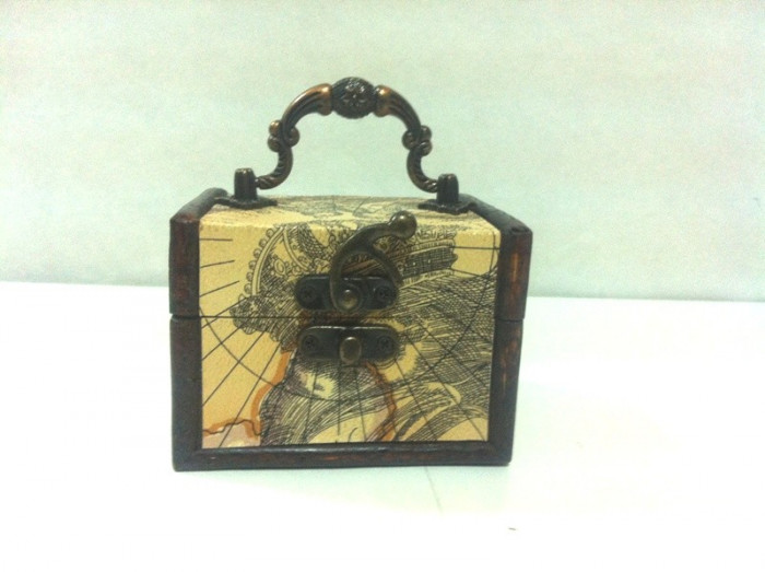 Mini cufar din lemn / dimensiuni-10 x 8,4  x 7,2 cm
