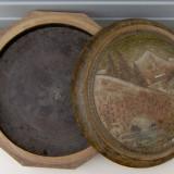 Cutie din lemn - lucrata dintr-o singura bucata, pe capac avand sculptura pictata