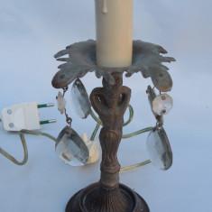 AuX: Frumoasa lampa electrica de noptiera, veche, este confectionata din metal cu patru ornamente de sticla si dulie de plastic in forma de lumanare!