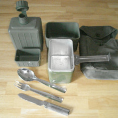 Set: gamela, tacamuri inox, bidon apa plastic.