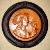 Farfurie - rozeta decorativa de perete - din piele si ceramica - Femeie cu Trandafir