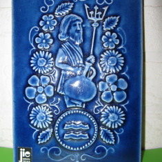 TABLOU BASORELIEF CERAMICA emailata JIE Gantofta Suedia, formata manual - ZODIA VARSATORULUI - semnata de designer, numar de serie - Arta Ceramica