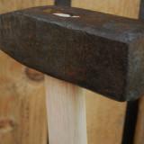 CIOCAN VECHI DE FIERĂRIE, FORJĂ, FIER MASIV, COADĂ NOUĂ, LEMN DE FRASIN, 1.3 KG! - Metal/Fonta