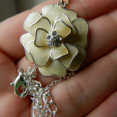 Lantisor extrem de elegant, marca Avon, cu floare si piatra stralucitoare - Lantisor fashion