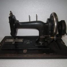 Masina de cusut veche; functionala; cu suveica cartus