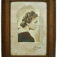 AuX: Superba FOTOGRAFIE veche a unei distinse doamne, perioada interbelica, tablou mare inramat, prezinta semnatura fotografului STOICESCU Timisoara! - Tablou autor neidentificat