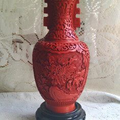 Vaza lac rosu de 23 cm, sculptata, interior email albastru, suport palisandru - Vaza sticla