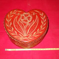 Splendida si Veche Cutie Lemn Sculptata Manual in Forma de Inima si captusita in interior