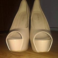 Vand pantofi cu toc inalt pentru orice evenimente.