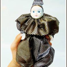 AuX: PAPUSA vintage de colectie, ARLECHIN cu cap, maini si picioare de portelan imbracat in straie stralucitoare si joben pe cap, stare foarte buna!