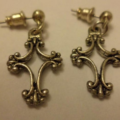 Cercei cu surub/fluture/cheita argintii, cu cruciulita decorativa