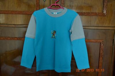 Bluza albastra cu umeri gri foto