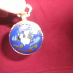 Deosebit ceas de buzunar, cu carcasa poleita si pictata, pe quartz, in stare foarte buna