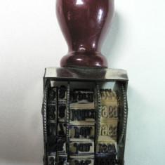 VECHE STAMPILA ROTATIVA - CORP METALIC - MANER DE LEMN - DIMENSIUNI 4 X 3 CM - DIMENSIUNE CU MANER 7,5 CM